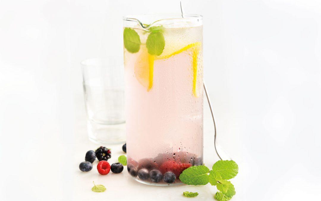 Água aromatizada com frutos vermelhos, limão e hortelã