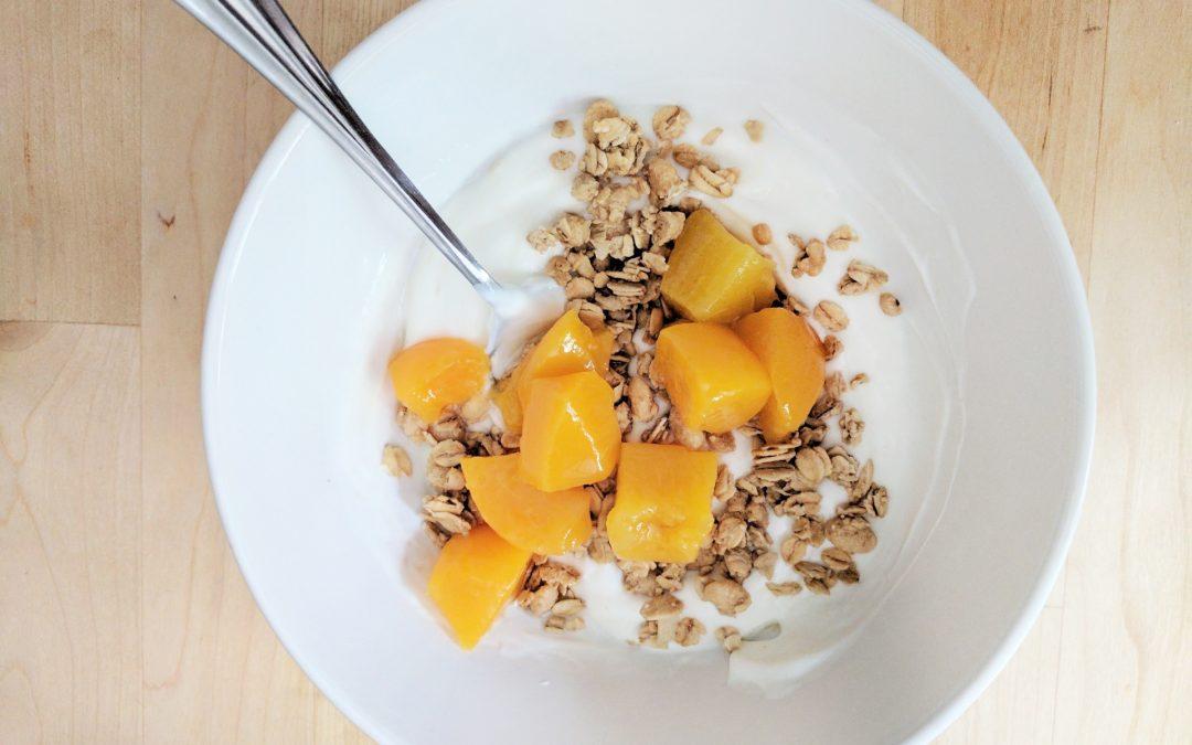Iogurte natural com cubinhos de manga e granola caseira