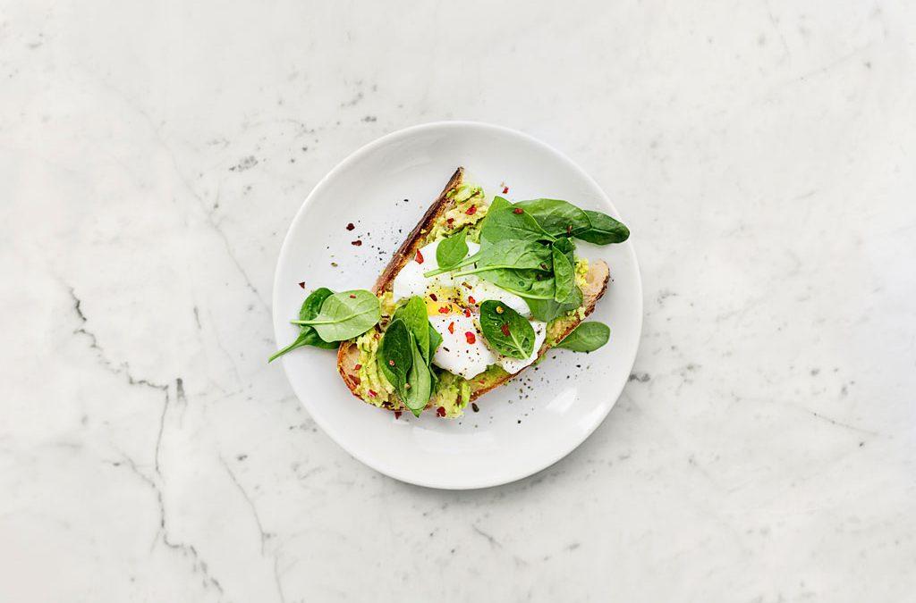 Tosta de abacate com ovo escalfado