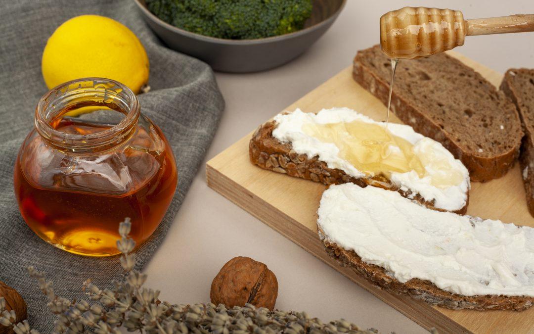 Tosta de centeio com queijo fresco magro, mel e nozes