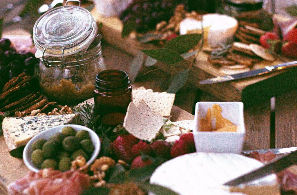 Bolinhas de queijo com crackers de tomate seco