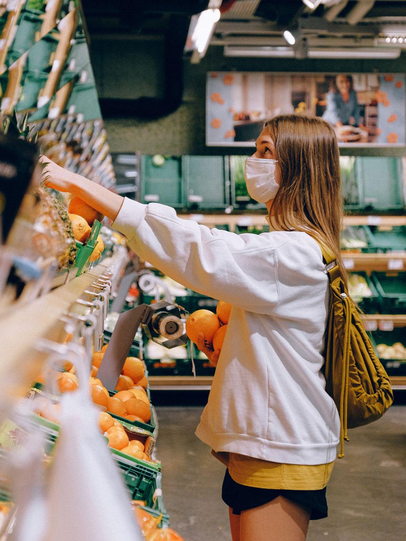 Rapariga às compras no supermercado