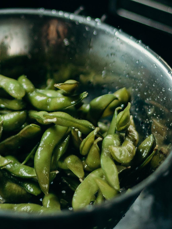 Taça com feijão verde a serem lavados