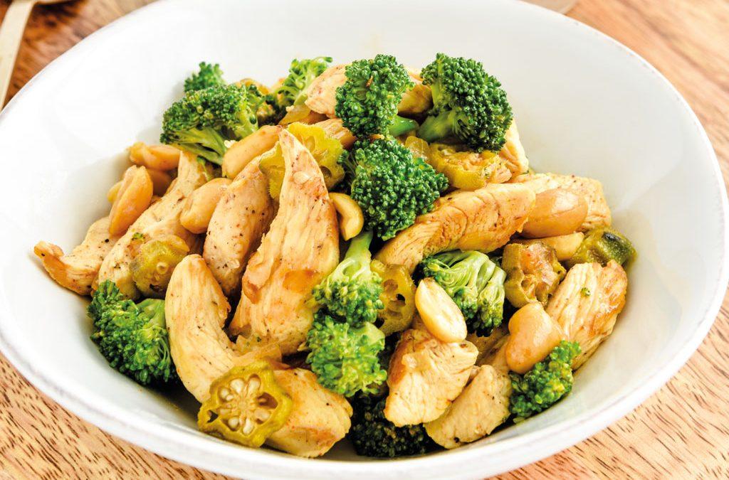Frango com amendoim e noodles de legumes