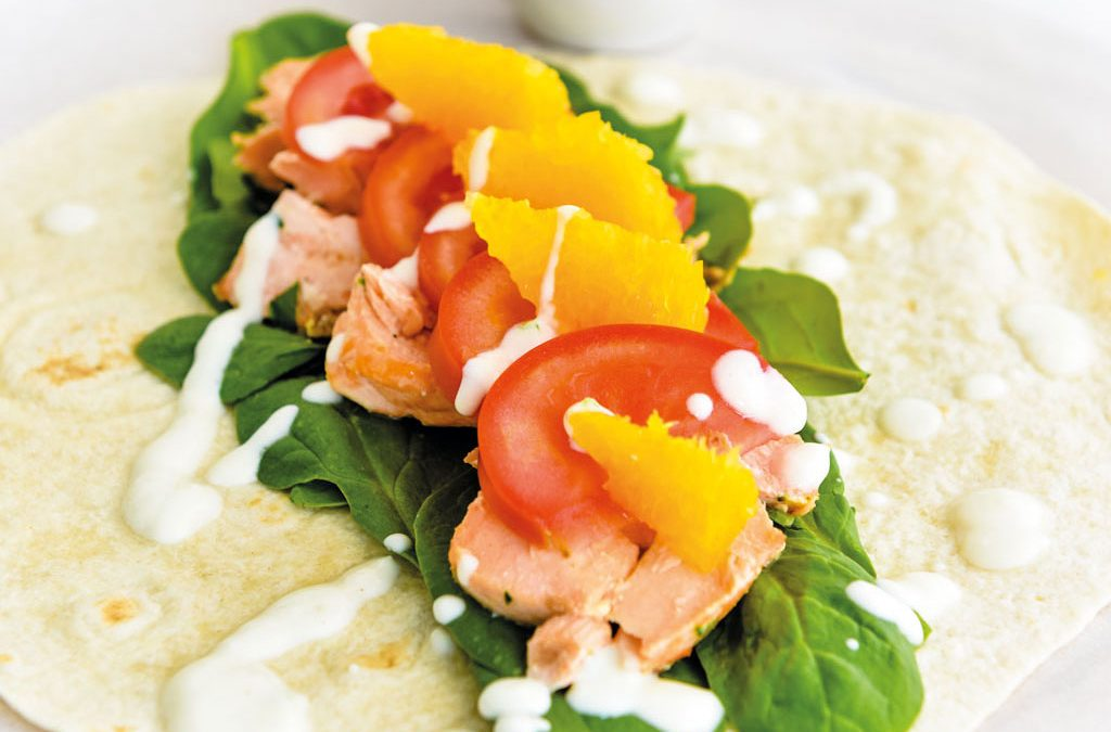 Wrap de salmão com molho de iogurte