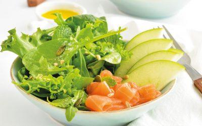 Salada de salmão fumado com folhas verdes, maçã e sementes